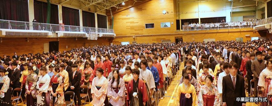 本校は私服校なので、卒業生はスーツや袴で参列します。