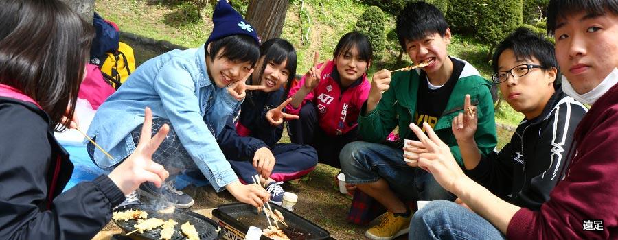 本校の遠足は野外炊飯。クラスの友達との絆も深まります。