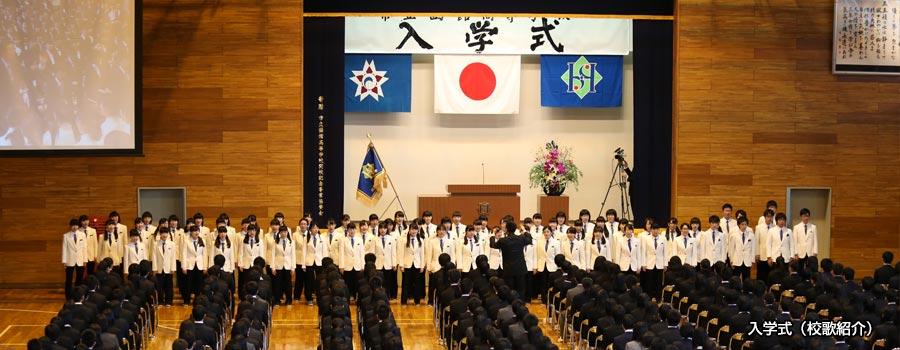 入学式に吹奏楽局の皆さんが新入生の前で校歌を披露。